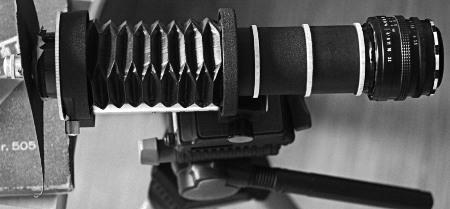ungeschlachtes Konstrukt aus Mikroskopobjektiv, Deckel, Balgengerät, Zwischenringen, Pentacon 3.5∕30 und Umkehrring